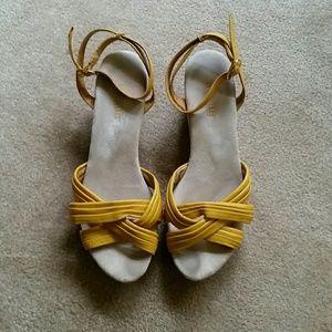 Seychelles Mysterious Stranger Yellow Sandals SZ 8